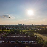 Luftaufnahme, Reihenhaussiedlung mit Heißluftballon, Daglfing, München, Bayern, Deutschland/ Airshot Daglfing, Munich, Bavaria, Germany